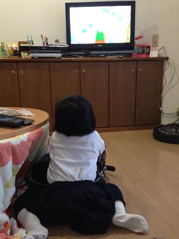150216 テレビを見るアサ (2)