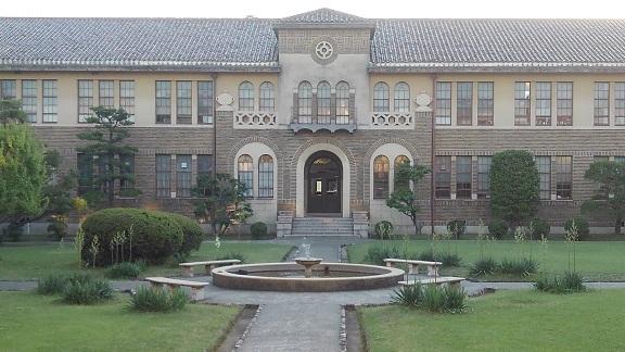180601 大学中庭 (2)
